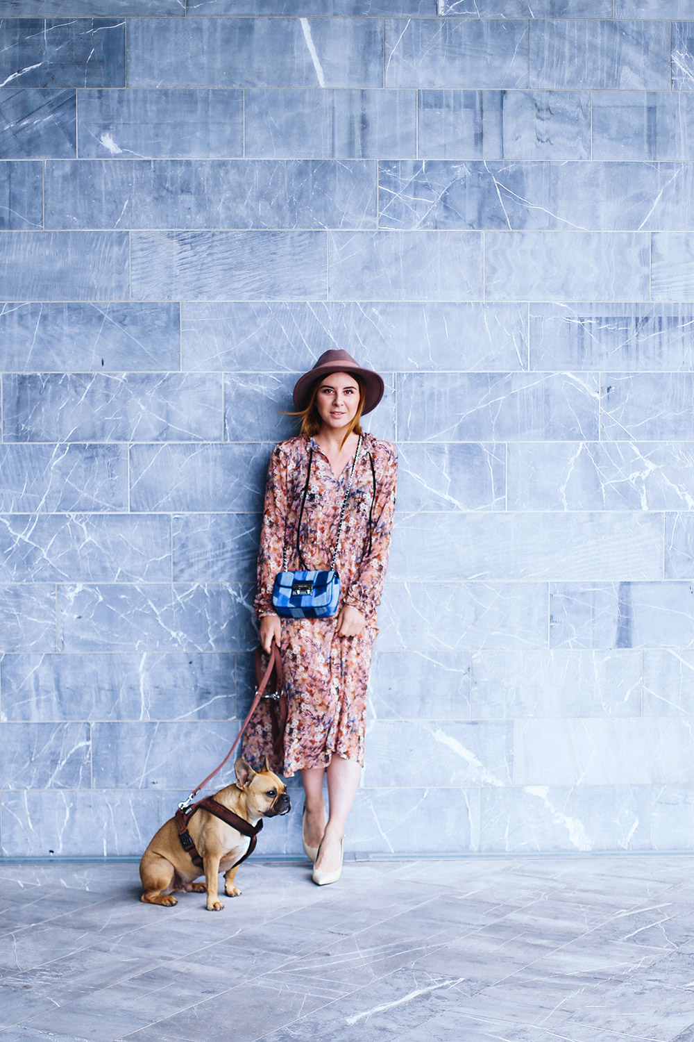 Sommer Midikleid mit Blumen, Denim Tasche, Michael Kors Sloan Cross Body Bag, Nude Pumps, Fedora rosa, Fashion Blog, Modeblog, whoismocca.com