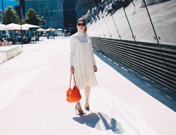 Spitzen-Bluse unter Kleid mit Volants, Trägerkleid im Alltag, Gestuz Kleid, Nina Ricci Tasche rot, Schutz High Heels, Outfit, Streetstyle, Modeblog, Fashion Blog, whoismocca.com