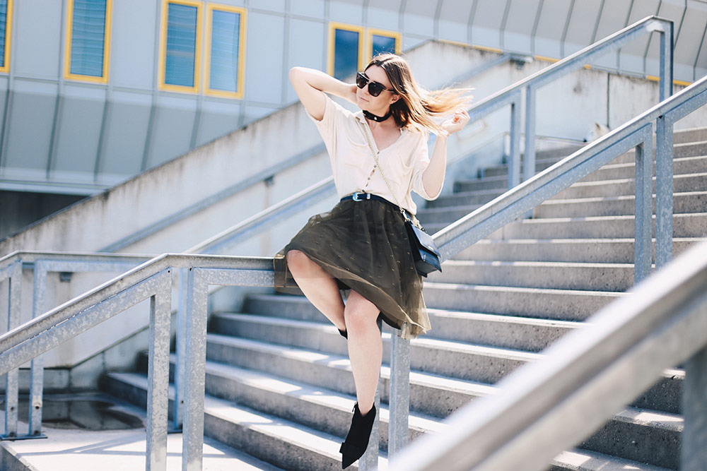 Für etwas Glamour im Alltag: Das Outfit mit Tüllrock, Boots mit Schleife von uterque, Strick-Shirt, Guess Tasche, Choker, Fashion Blog, Modeblog, whoismocca.com