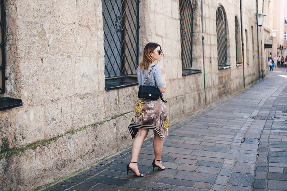 grauer Minirock, Wende-Bomberjacke, Streifen-Bluse, Chanel 2.55 Flap Bag, Streetstyle Innsbruck, Fashion Blog, Modeblog, Blogazine, whoismocca.com