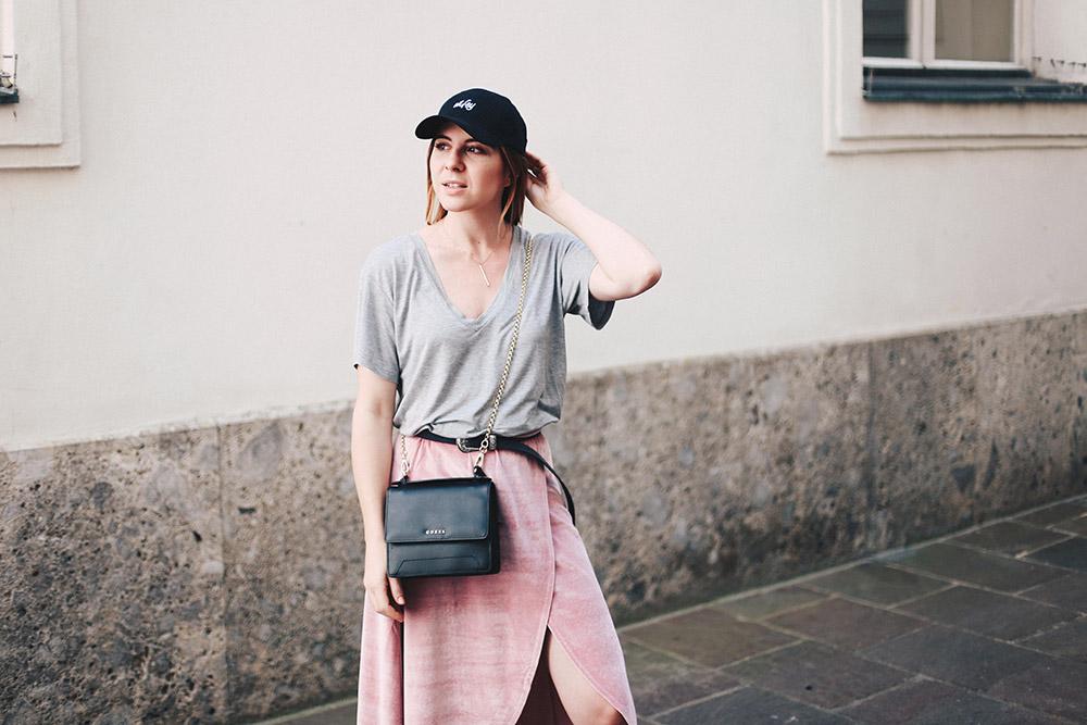 Sportliches Freizeit-Outfit mit rosa Samtrock und Wifey Baseball Kappe, Fashion Blog, Modeblog, whoismocca.com