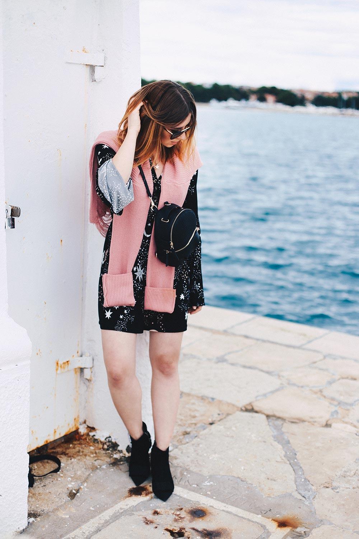 Ivyrevel Kleid mit Trompetenärmel, rosa Oversize-Pullover, Rucksack, Spätsommer Outfit, Sommerkleid im Herbst, Streetstyle, Modeblog, Fashionblog, whoismocca.com