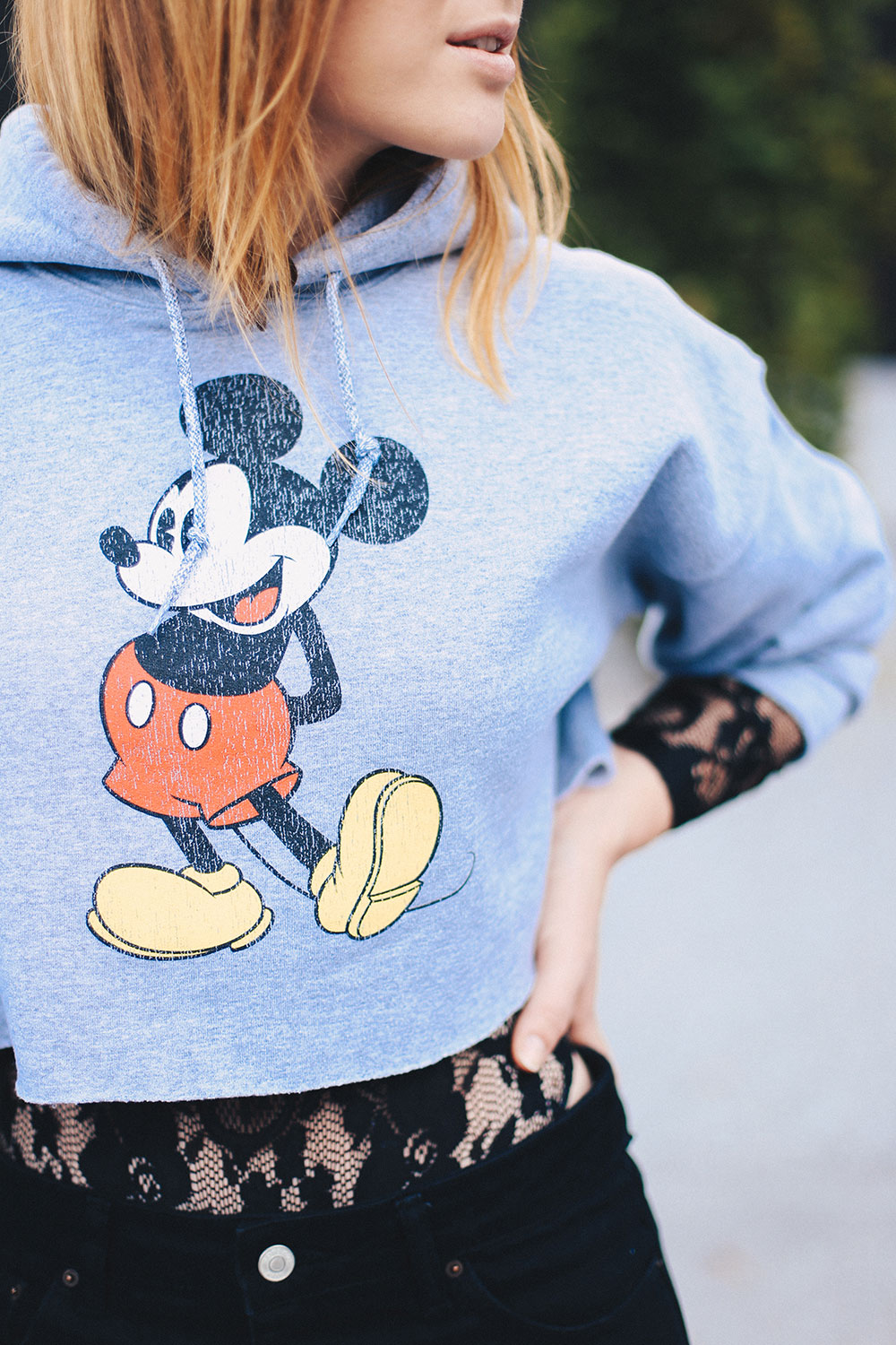 Cropped Mickey Mouse Pullover, Spitzenbody, Mom Jeans, Tasche aus Webpelz, cropped Kapuzenpullover, Streetstyle, Fashion Blog, Mode Blog, whoismocca.com