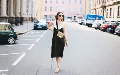 Outfit-Idee, Grünes Samtkleid kombinieren, Cross Body Bag extrabreiter Gurt, Sommer Herbst Outfit, Midikleid, Streetstyle, Fashion Blog, Modeblog, Fashion Magazin, whoismocca.com