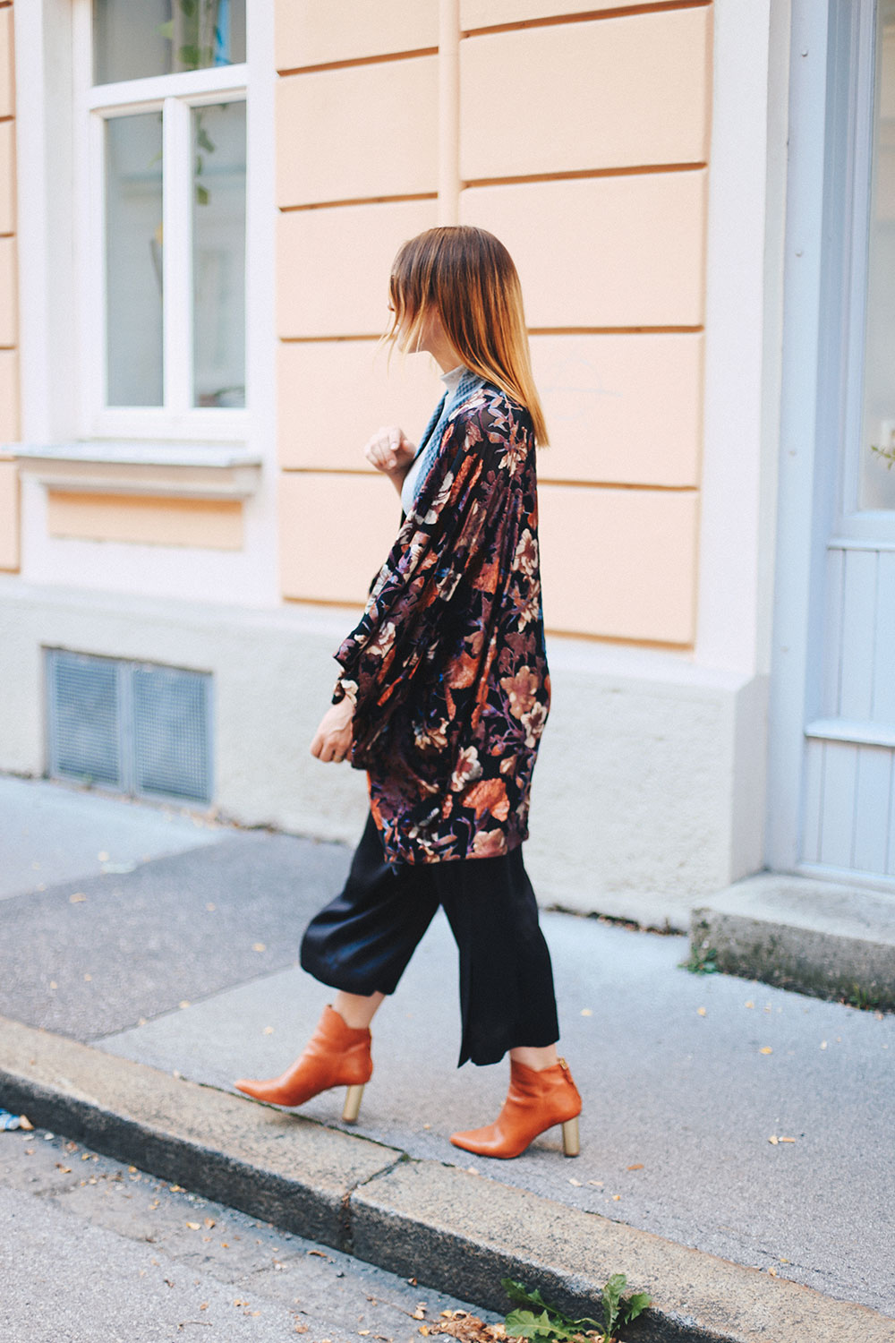 Samt-Kimono mit Blumenprint, Satin-Culotte, Boots in Orange, Zara Outfit, H&M Outfit, Streetstyle, Modeblog, Fashionblog, whoismocca.com
