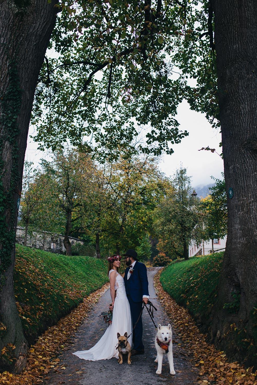 Herbsthochzeit, Style Shoot, Hochzeit in Tirol, Schloss Friedberg, Papeterie, Hochzeitskleid, Stephanie Wolff Paris, Hochzeit mit Hunden, Shooting mit Hunden, fashionblog, modeblog, hochzeitsblog, whoismocca.com