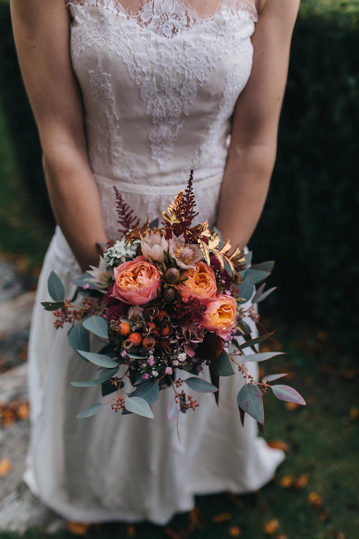 Herbsthochzeit Tirol Styleshoot Hochzeitskleid Hunde Accessoires