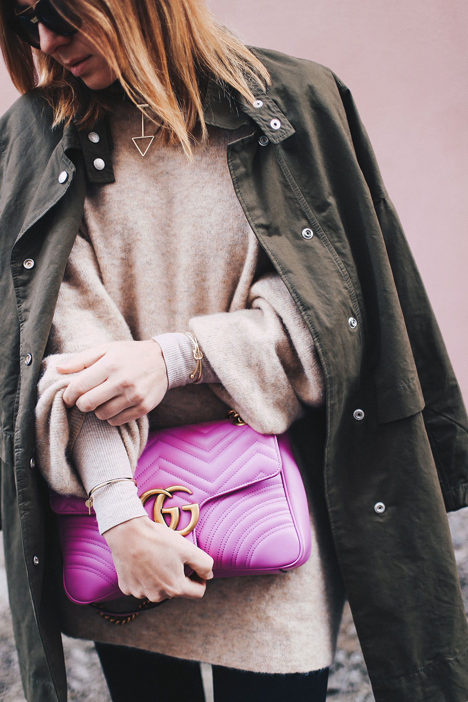 Herbstoutfit mit Parka, schwarzer Skinny Jeans und Oversize-Pullover, Outfit Blog, Modeblog, Fashion Blog, Slipper kombinieren, Parka kombinieren, Oversize Outfit, whoismocca.com