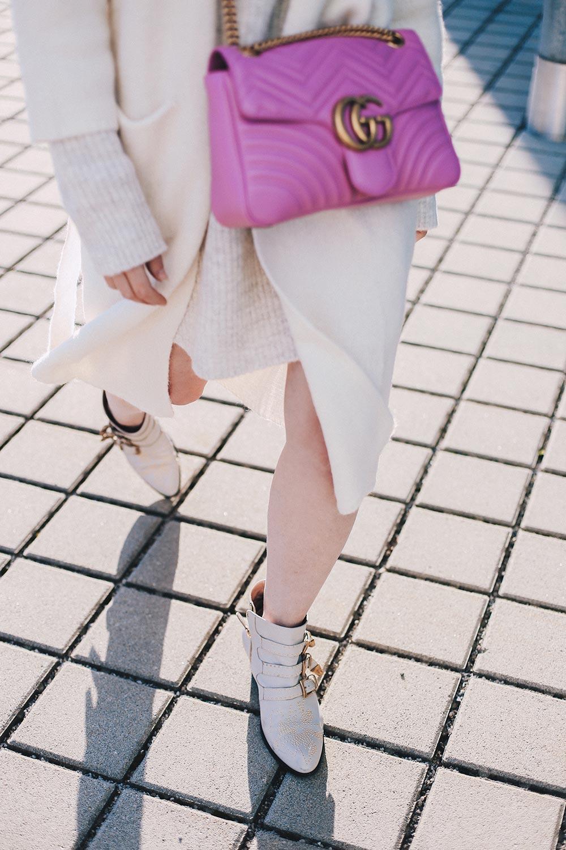 Schick in Strick, beiges Strickkleid kombinieren, Outfit Idee, Outfit Blog, Fashion Blog, Modeblog, Mode Magazin, Blogazine, Strick-Cardigan, GG Marmont Tasche pink, Chloe Susanna Boots, whoismocca.com