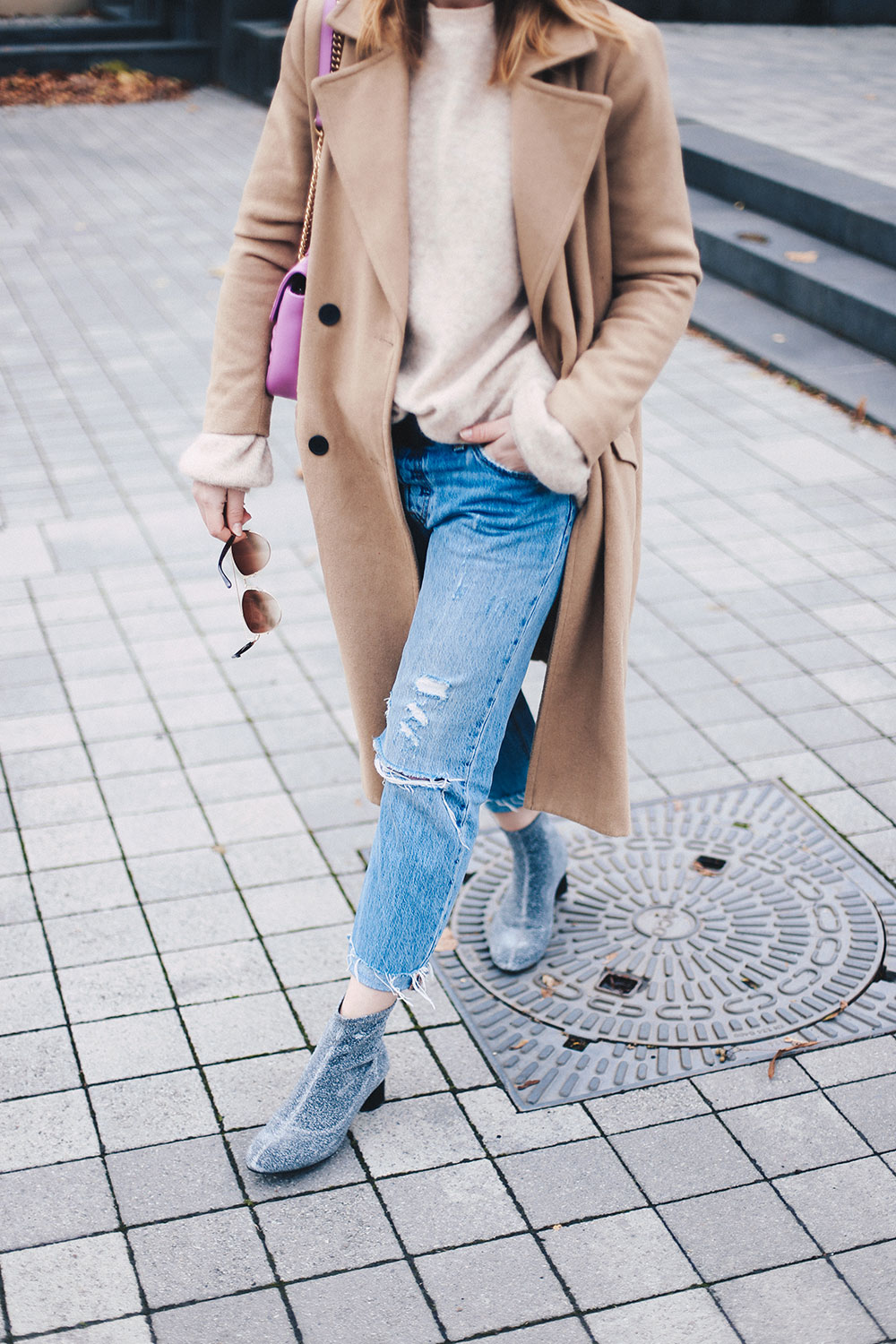 Boyfriend Jeans Outfit mit Camel Mantel und Glitzer-Boots, Fashion Blog, Modeblog, Outfit Blog, Style Diary, Glitzer Boots, Levis 501 CT Outfit, Vila Mantel, GG Marmont pink, whoismocca.com