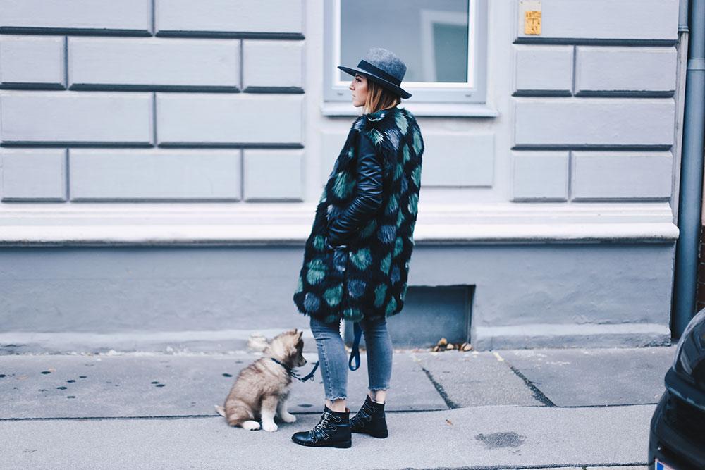 Fake Fur Mantel mit Lederärmel, Ankle Jeans und Nieten-Boots, Outfit Blog, Fashion Blog, Modeblog, Style Diary, whoismocca.com
