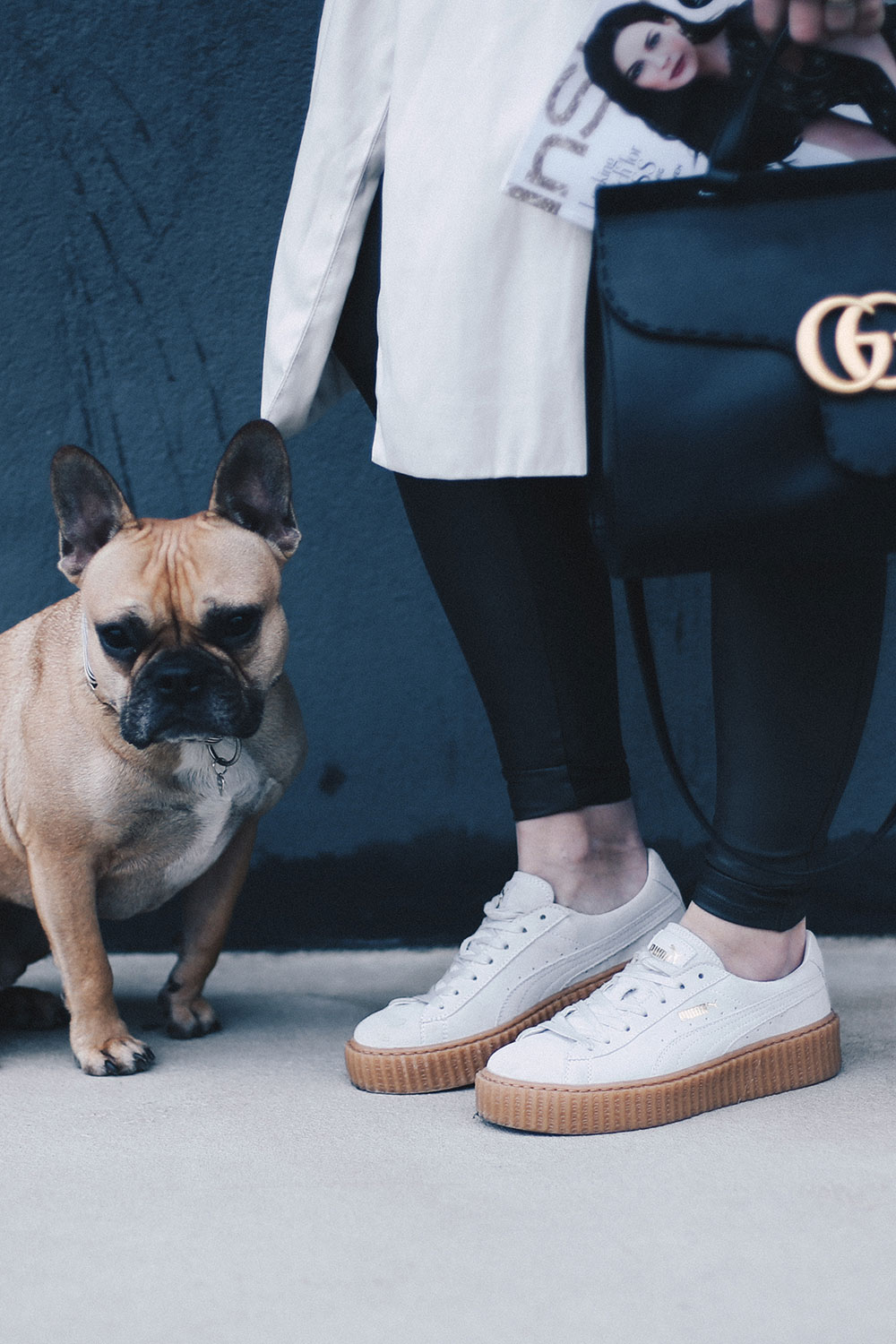 PUMA Creeper Sneakers, Fake Leder Leggings, Gucci GG Marmont Tasche, Sneaker Outfit, Trenchcoat, Blazer, Glockenärmel, Trompetenärmel, Fashion Blog, Outfitblog, Modeblog, whoismocca.com
