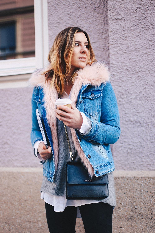 warme Jeansjacke mit Fake Fur Kragen, Lederhose, schwarze Boots, Cross Body Bag, Elle Magazine, Streetstyle Innsbruck, Fashion Blog, Modeblog, whoismocca.com