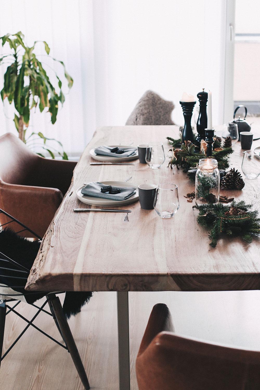 Einfach, aber stilvoll. Unser weihnachtlich gedeckter Esstisch, Tischdeko Weihnachten, Tischdekoration Idee Weihnachten, festlicher Esstisch, minimalistisch, Interior Blog, Idee, Einrichtung, Tisch, Essbereich, whoismocca.com