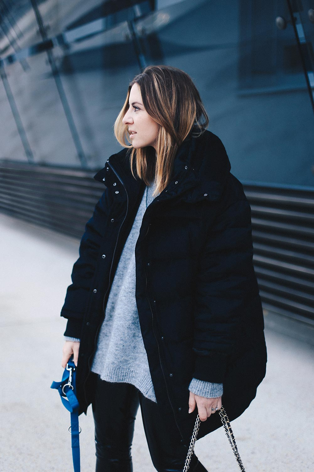 Outfit mit Lacklederhose, Oversize-Pufferjacke, Layering, Winter Outfit, Streetstyle, Fashion Blog, Modeblog, Outfit Blog, whoismocca.com