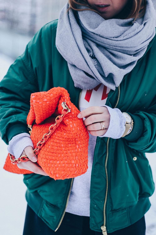Wie kombiniert man eine Bomberjacke im Winter, grüne Bomberjacke kombinieren, Greenery, Pantone Trendfarbe 2017, Chloe Susanna, Nina Ricci, Rot und Grün Outfit, Winteroutfit, Streetstyle, Outfit Blog, Fashion Blog, Modeblog, whoismocca.com