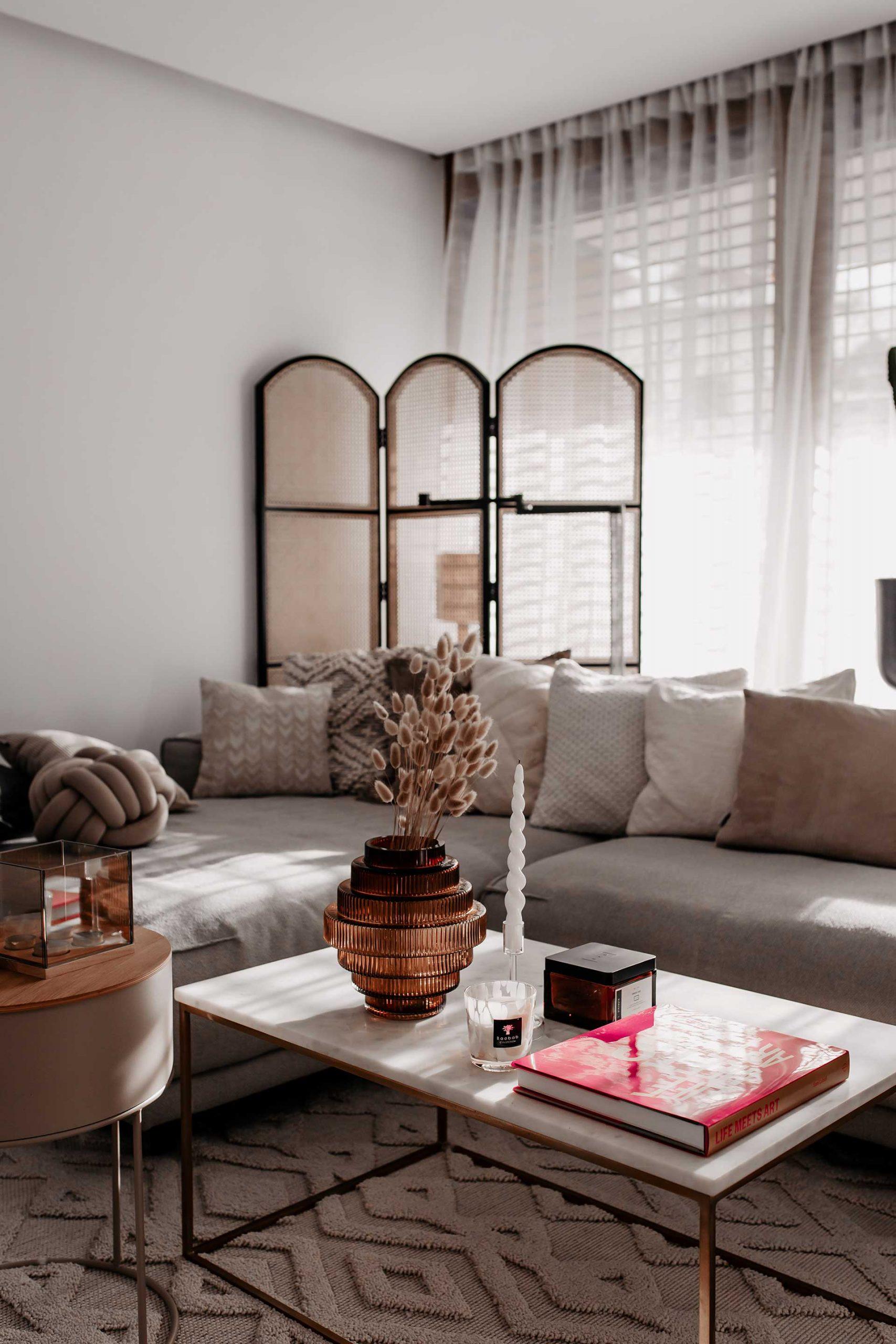 Am Interior Blog zeige ich dir heute, wie einfach du einen schönen Coffee Table dekorieren kannst. Die passenden Coffee Table Books gibts obendrauf. www.whoismocca.com