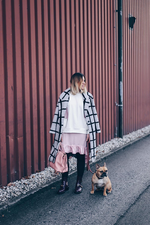 Modefarbe Rosa, Trendnuance Rosa, Rosa kombinieren, Lavish Alice Mantel, Balenciaga Ceinture Boots, MCM Milla Tote rosa, Fashion Blog, Modeblog, Outfit Blog, Style Blog, whoismocca.com
