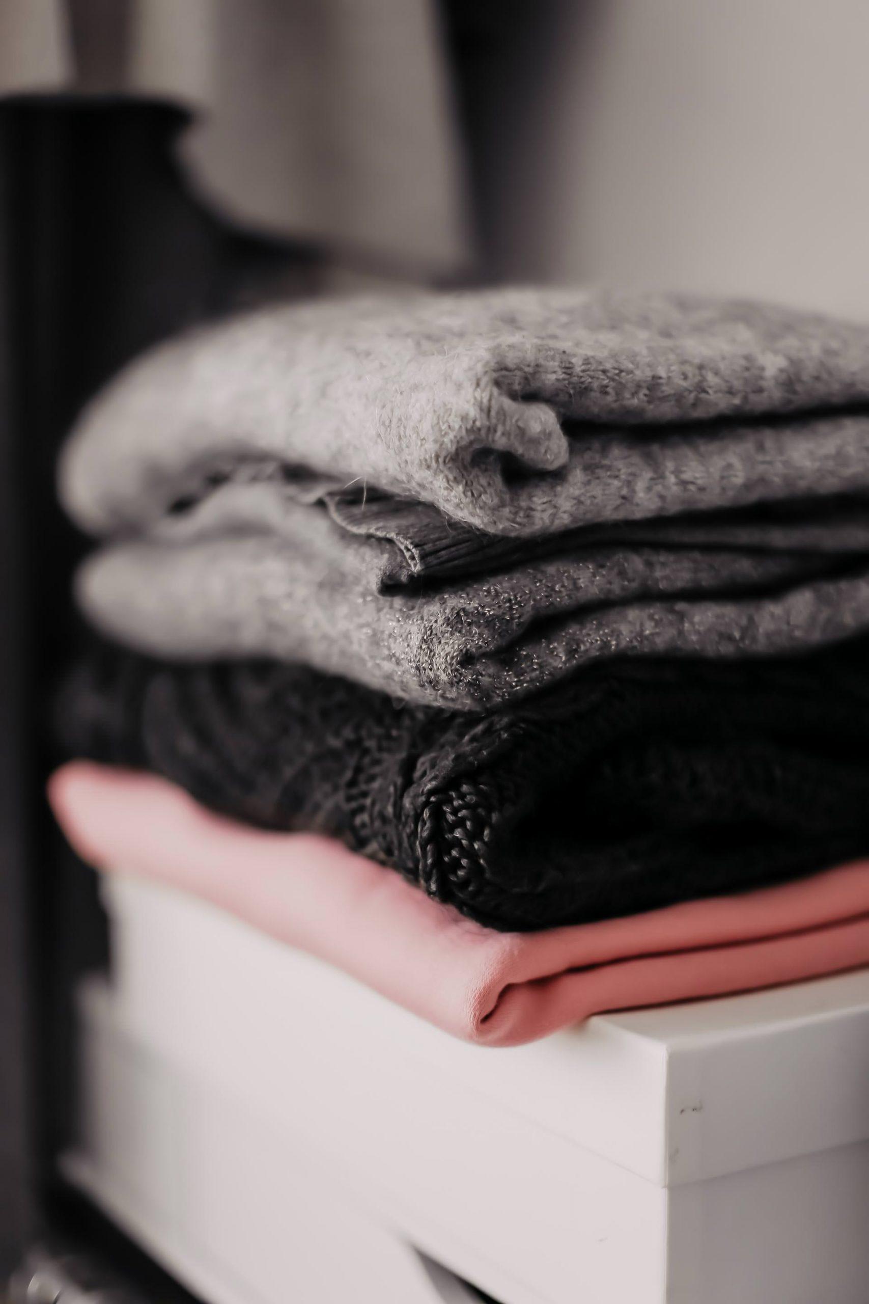Frühjahrsputz im Kleiderschrank! Wie ich mich am leichtesten von Klamotten trennen kann und meine erprobten Tipps zum Ausmisten, verrate ich dir am Modeblog www.whoismocca.com #kleiderschrankausmisten #fashiondetox #closetcleaning