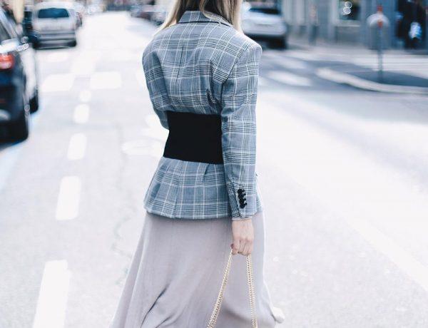 So trägt man den Korsett-Trend im Alltag, Layering, Mom Jeans, Oversize Karo Blazer, Korsett kombinieren, Corsage Trend, Fashion Blog, Modeblog, Style Blog, Streetstyle Blog, www.whoismocca.com