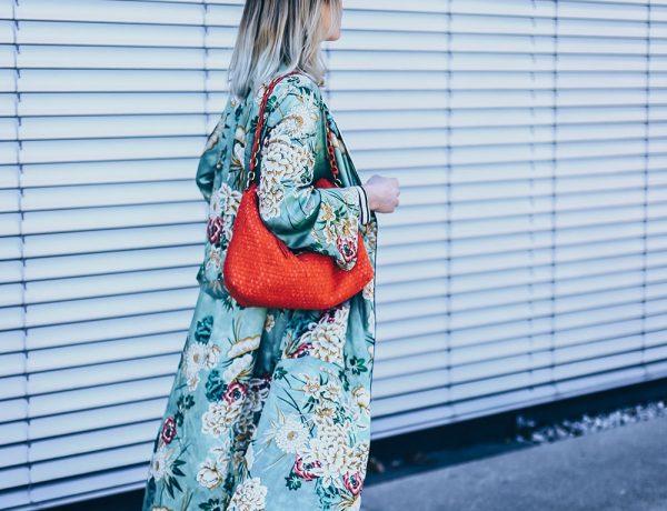 Frühlingsoutfit mit Kimono, how to wear, Chloe Kole Boots, Nina Ricci Vintage Tasche, How to wear a Mom Jeans, Spring Outfit, Blumen Kimono kombinieren, Zara Outfit, Modeblog, Fashion Blog, Style Blog, Outfit Blog, www.whoismocca.com