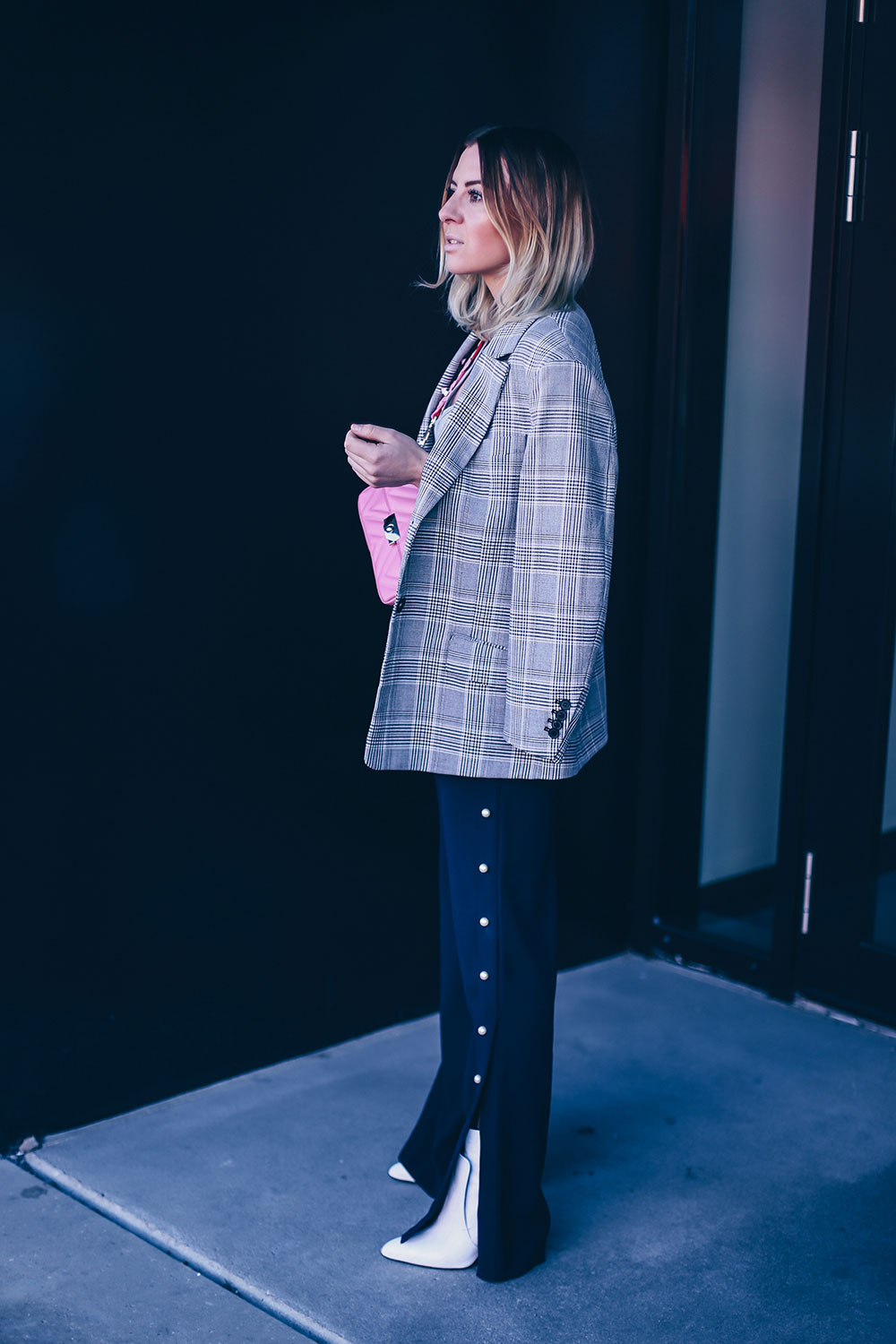 Frühlings Outfit, Hose mit Perlen, Marlenehose stylen, how to wear, Oversize Blazer, Guitar Strap, pinke Tasche, weisse Boots, Fashion Blog, Style Blog, Modeblog, Streetstyle, Tirolblog, www.whoismocca.com