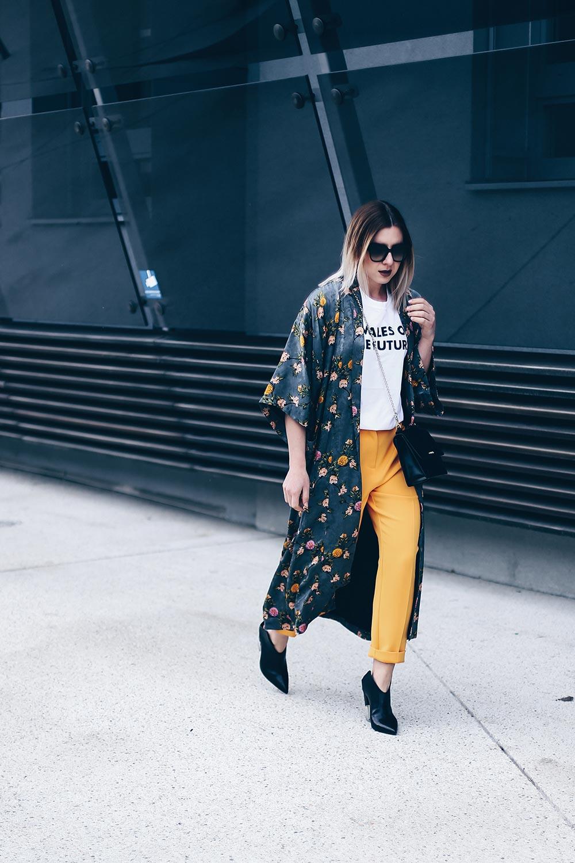 Das Females of the Future Shirt oder auch Topshop Shirt kombiniere ich mit einer gelbe Karottenhose, einem Long-Line Kimono und schwarzen Accessoires. Mehr Outfit Ideen und Kombinationen findet ihr auf meinem Modeblog aus Österreich. Fashion Blogger Streetstyles und Outfit Blog Beiträge. www.whoismocca.com