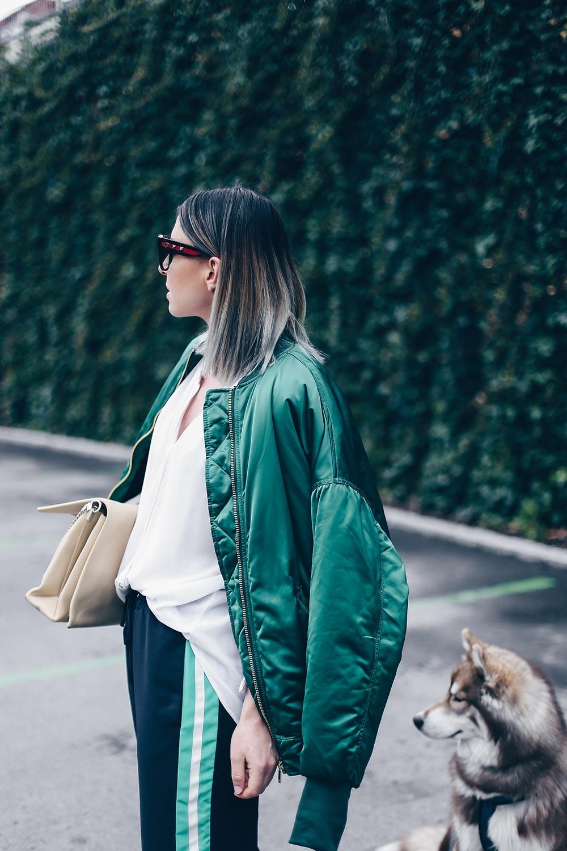 How to wear, Bomberjacken Outfit, Track Pants kombinieren, Joggingshose stylen, Celine Tasche, Pantoletten von Topshop, Athleisure Trend und Wear, Modeblog, Fashion Blog, Style Blog, Outfit Blog, Streetstyle 2017, www.whoismocca.com