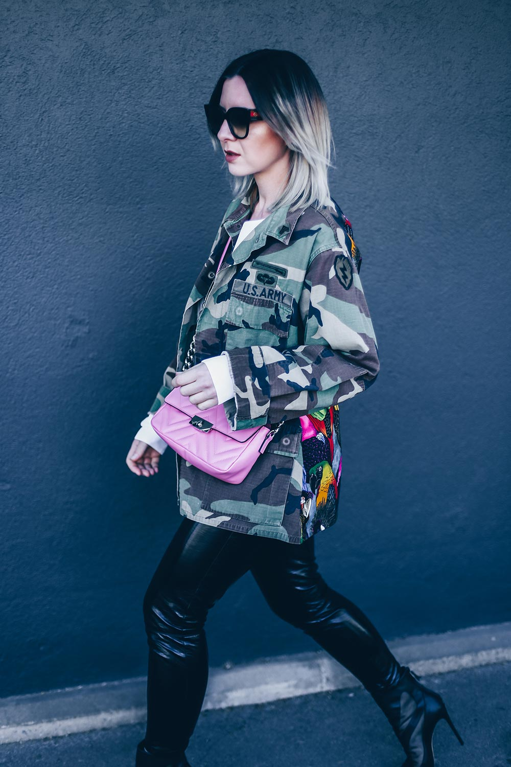 Camouflage Parka stylen, Camouflage kombinieren, pinke Tasche, Casadei Boots, Streetstyle, Gucci Sonnenbrille, Modeblog, Fashion Blog, Outfit Blog, Style Blog, www.whoismocca.com