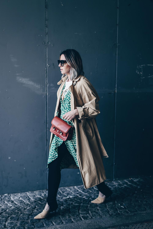 Ganni Dalton Crepe Dress, Midikleid im Kimono Stil, Kimono Kleid, Wickelkleid, Streetstyle, Trenchcoat, Pantolette, Fashion Blog, Modeblog, Outfit Blog, Style Blog, www.whoismocca.com