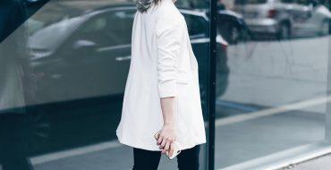 Plateauschuhe und Bandana kombinieren, Volanthose von Zara, weißer Blazer, Print Shirt, Clutch mit Metallring, Streetstyle, Outfit of the day, Outfit Blog, Fashion Blog, Modeblog, Style Blog, www.whoismocca.com