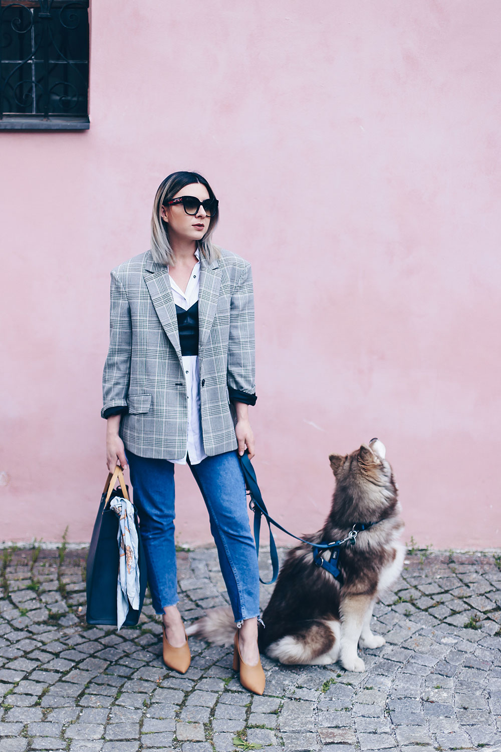 Mom Jeans Outfit, Oversize Blazer stylen, Pumps in Nude, Wardrobe Essentials, sibirischer Husky, Bralet kombinieren, Business Casual Chic, Modeblog, Fashion Blog, Style Blog, Outfit Blog, Mode Magazin, Fashion Magazin, www.whoismocca.com