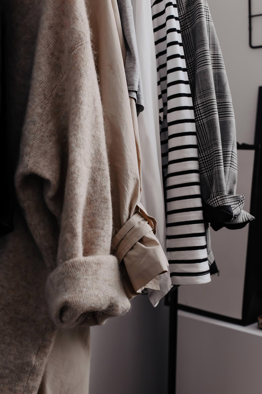 """Am Modeblog findest du jetzt meine Kleiderschrank-Basics. Es sind 15 Must-haves und Wardrobe Key-Pieces für schöne Alltagsoutfits! Solche Wardrobe Essentials sind echte Kombinationswunder und Retter in der """"Was ziehe ich morgen an?""""-Not. Man kann sie durchaus auch als Fashion Must-haves bezeichnen, denn sie bilden die Grundlage jedes schönen Outfits.#kleiderschrank #wardrobeessentials #wardrobekeypieces #basics #modetrends"""