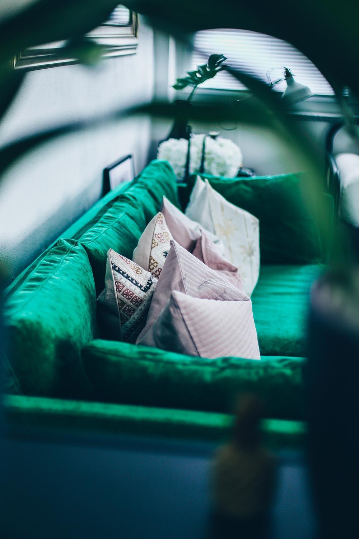Sofa Im Industrial Chic Mit Beton Couchtisch Teppich Grnes