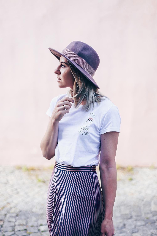 Midirock kombinieren, weiße Pumps Outfit, Sommer Hut, Printshirt stylen, weiße Taschen, IT Bag Sommer 2017, weiße Taschen kombinieren, Styling Tipps, Modetipps, Fashion Blog, Modeblog, Outfit Blog, www.whoismocca.com