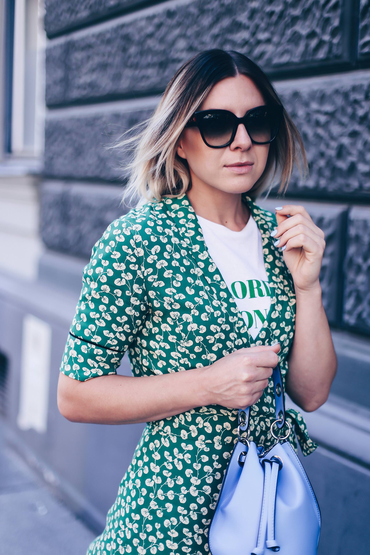 Ganni Streetstyle mit Wickelkleid, Dalton Crepe Dress, hellblaue Tasche kombinieren, Valentino Rockstuds, Fashion Blog, Outfit Blog, Style Blog, Modeblog, www.whoismocca.com