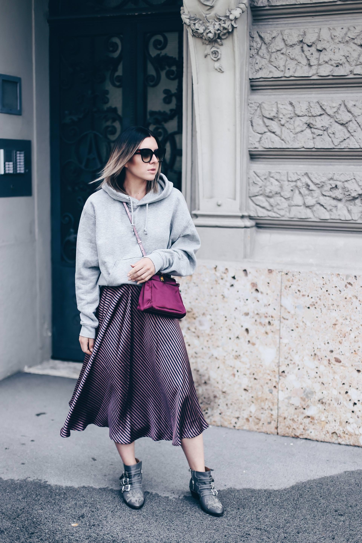 grauen Hoodie kombinieren, Midirock mit Streifen, Chloe Susanna Boots, Susanna Boots Lookalikes, Fendi Peeakboo Bag Seide, Kapuzenpulli stylen, Streetstyle, Herbst Outfit, Modeblog, Fashion Blog, Style Blog, www.whoismocca.com