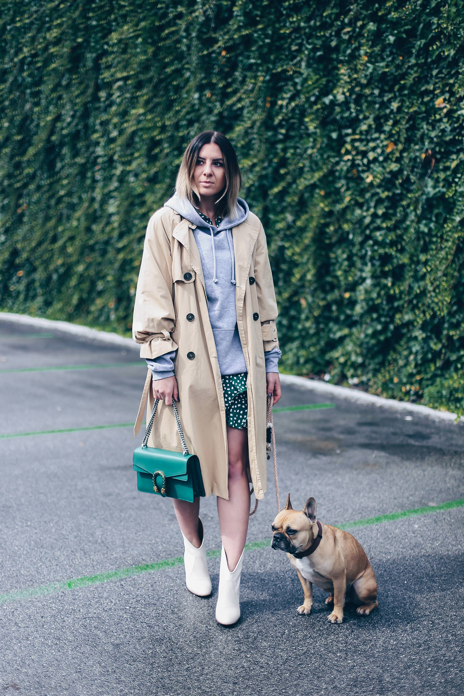 Herbst Outfit mit Wickelkleid und grauem Hoodie, beige Stiefelette kombinieren, Printkleid, Trenchcoat Outfit, Modeblog, Fashion Blogger, Outfit Blog, Outfit of the Day, Streetstyle Innsbruck, www.whoismocca.com