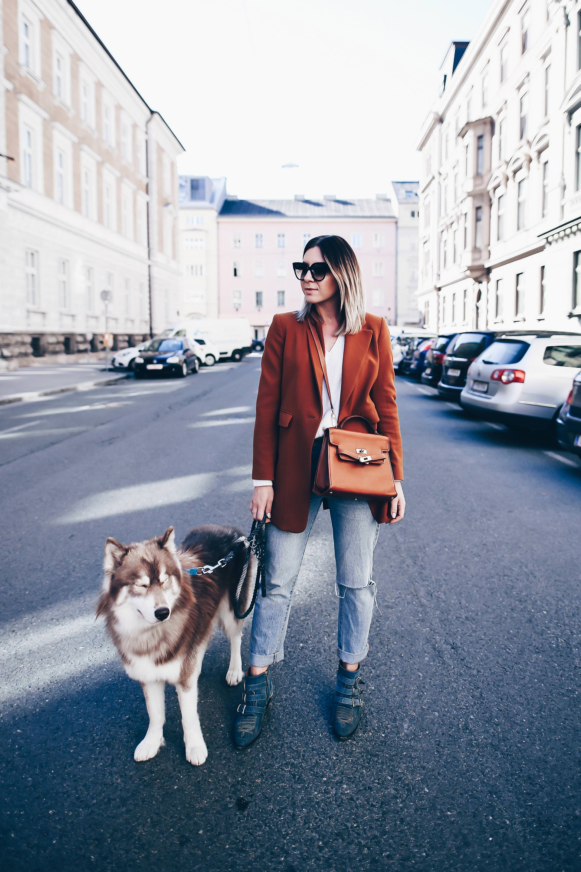 cognacfarbener Blazer und Mom Jeans im Herbst kombinieren, Chloé Susanna Boots Denim Look, Vintage Moschino Bag, Casual Chic Outfit, Fashion Blog, Modeblog, Outfits Blog, www.whoismocca.com