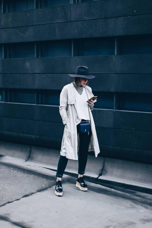 Wie kombiniert man eine Gürteltasche?, Wie trägt man eine Bauchtasche im Alltag?, Gürteltasche Trend, Outfit Idee, Outfit Inspiration für den Herbst, Closed Pedal Pusher Hose, Stella Elyse Star Schuhe, Trenchcoat Outfit, Fashion Blog, Modeblog, Style Blog, www.whoismocca.com