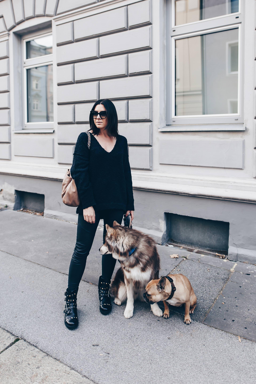 All Black Outfit, komplett schwarzes Outfit, schwarzes Outfit aufpeppen, Lederhose kombinieren, Outfit mit Biker Boots, Chanel Shopper, Fashion Blog, Modeblog, www.whoismocca.com