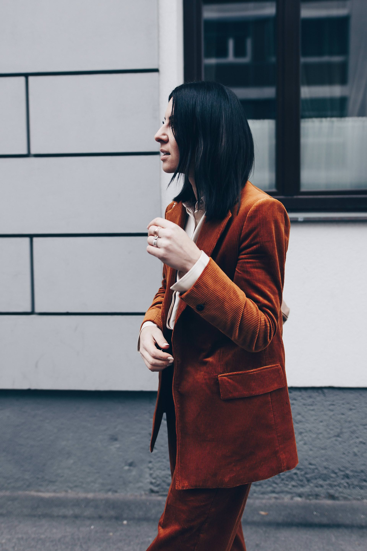 Business Outfit für junge Frauen, Modetrend Cord im Alltag kombinieren, Cord Outfit mit Hosenanzug, Office Style, Business Look für Herbst und Winter, Sock Boots, Chanel Shopper, Fashion Blog, Modeblog, Streetstyle, www.whoismocca.com