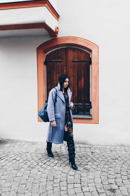 Overknee Stiefel Outfit, schwarze Overknee Stiefel kombinieren, Wickelkleid im Herbst, hellblauer Mantel, Louis Vuitton Noe Bag Vintage, Streetstyle, Fashion Blog, Modeblog, Outfits Blog, www.whoismocca.com