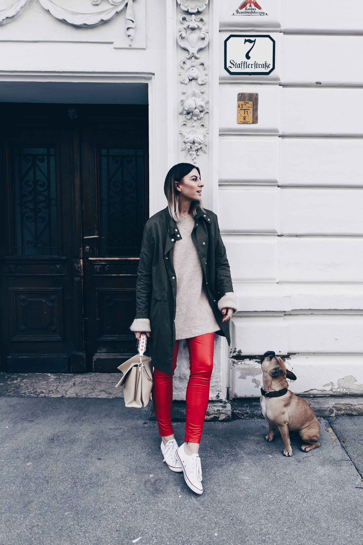 Wie kombiniert man eine Lederhose im Alltag?, rote Lederhose kombinieren, Lederhose und Converse, Herbst Outfit mit Parka, Basic Casual Chic Look, Fashion Blog, Streetstyle, Modeblog, www.whoismocca.com