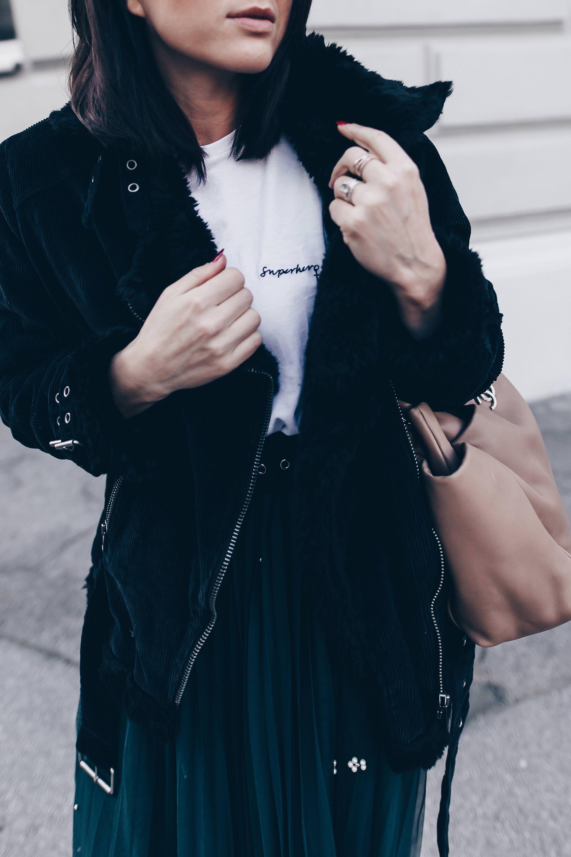 Modetrend Cord im Alltag kombinieren, Cord Outfit, Tüllrock kombinieren, Shearling Bikerjacke, Pilotenjacke, Cord Jacke, Herbst Winter Trends 17 18, Schaftstiefel, Superhero Shirt, Chanel Shopper, Fashion Blog, Modeblog, www.whoismocca.com