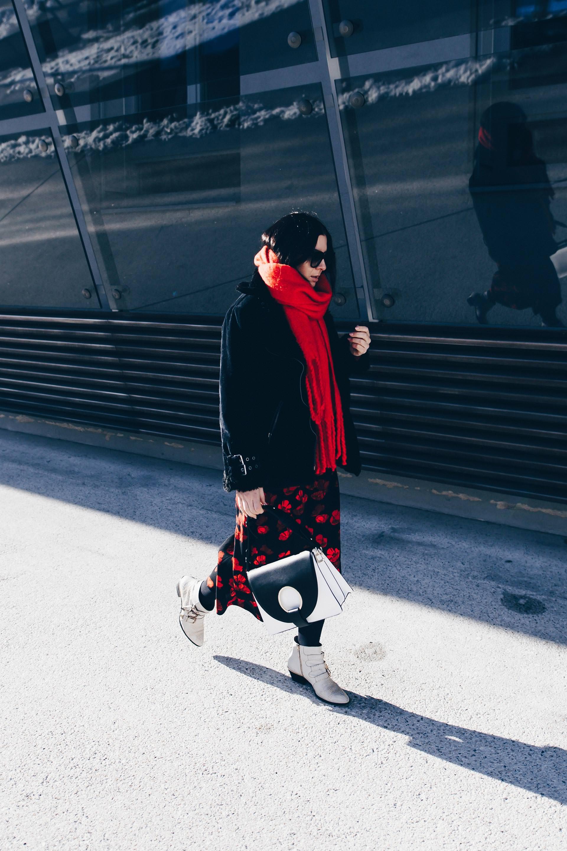 Midikleid im Winter kombinieren, anziehen und stylen, Piloten Shearling Biker Jacke, Jw Anderson Look alike Tasche, Chloe Susanna Boots, Low Budget Dupe Look Alike Boots, Winter Outfit, Streetstyle, Fashion Blog, Modeblog, www.whoismocca.com