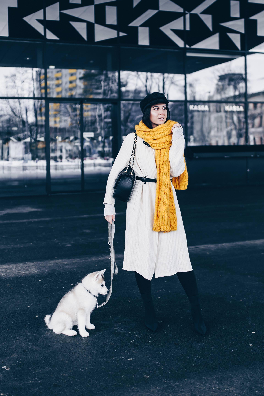 gelber Schal kombinieren, Baker Boy Hat stylen, Sock Boots und schwarze Lederhose kombinieren, Winter Outfit Inspo und Ideen, Fashion Blogger Streetstyle, Modeblog, gesteppte Tasche mit Kette, www.whoismocca.com