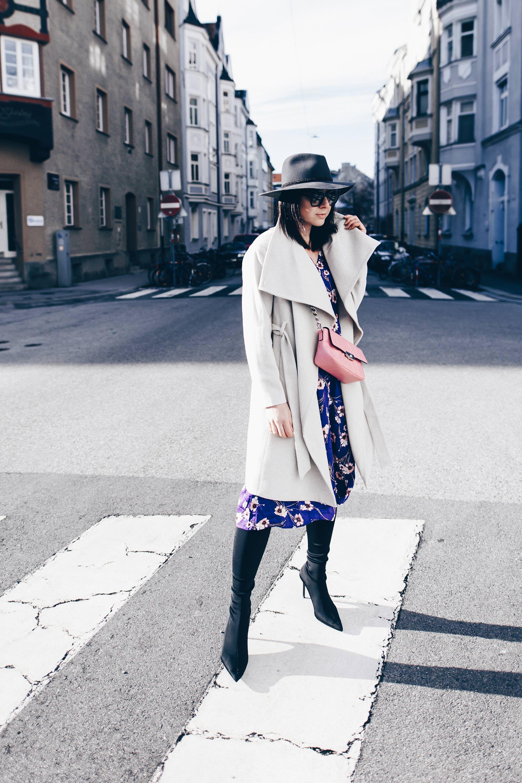 Winter Outfit mit Kleid und Sock Boots, Ultra Violet Pantone Trendfarbe 2018, lila Kleid kombinieren, Modetrends 2018 Frühling, Lila im Alltag kombinieren, Streetstyle, Fashion Blog, Modeblog, www.whoismocca.com