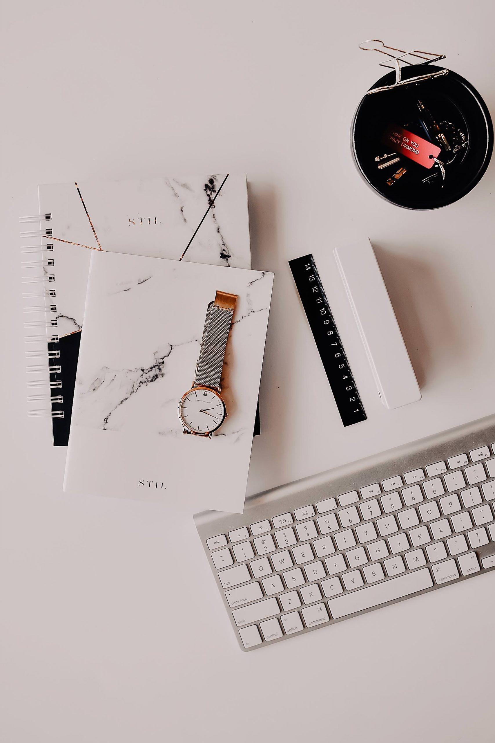 Tolle Neujahrsvorsätze, ehrgeizige Ziele und das Konzept vom Rundum-Neuanfang? Auf dem Karriere Blog habe ich 7 Tipps für mehr Gelassenheit und Energie im Job gesammelt, mit denen gut gut sortiert und organisiert ins neue Jahr startest! www.whoismocca.com #gelassenheit #karrieretipps #neujahrsvorsätze
