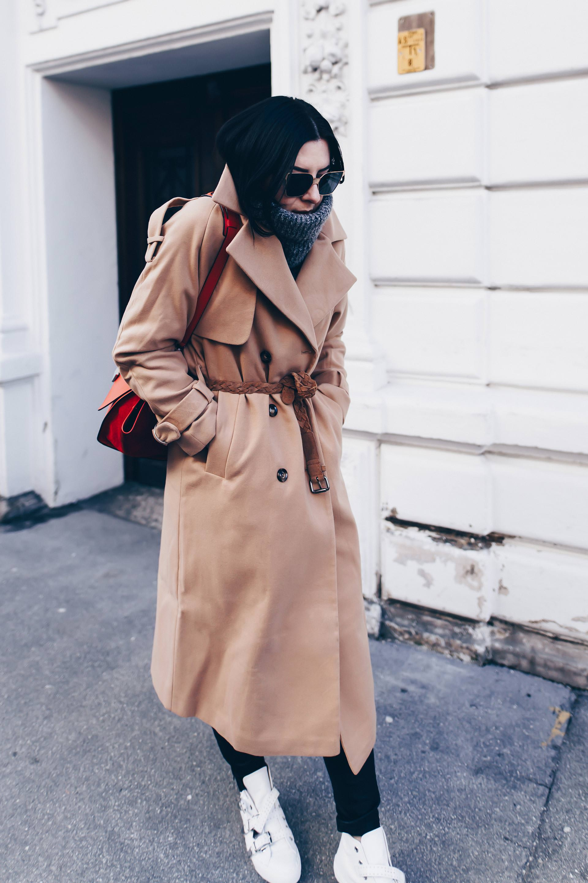 der perfekte Trenchcoat für den Winter, weiße Sneakers kombinieren, schwarze Lederhose, Chloé Sneakers, Celine Trapeze Bag, Basic Chic Outfit, Winter Outfit mit Trenchcoat, Modeblog, Fashion Blog, www.whoismocca.com